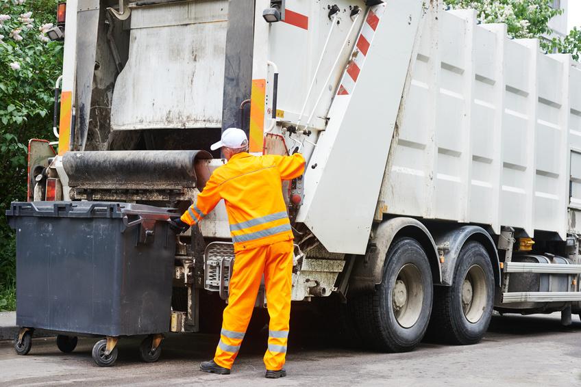 Pracownik śmieciarki